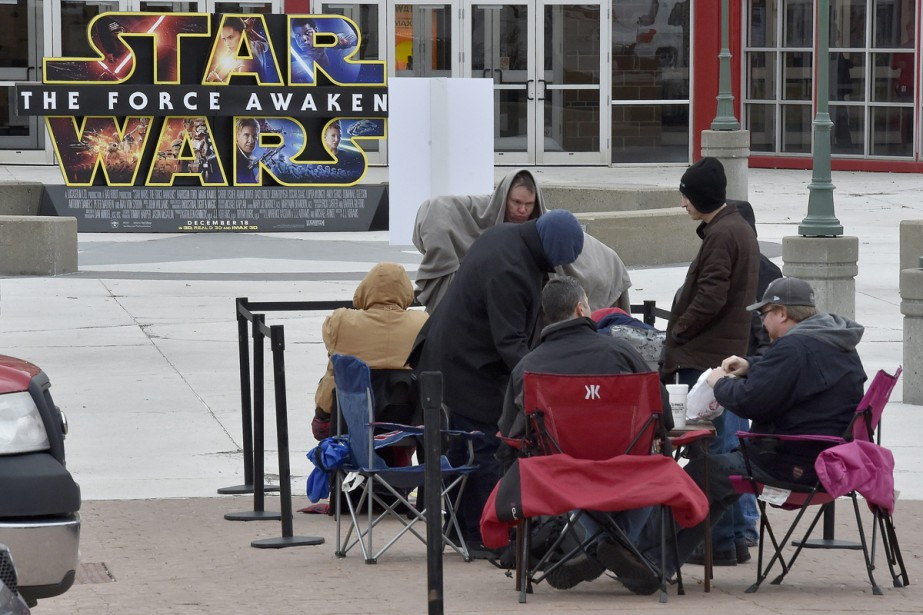 Un groupe d'irréductibles attendaient patiemment hier la première... (PHOTO JOHN SLEEZER, ASSOCIATED PRESS)