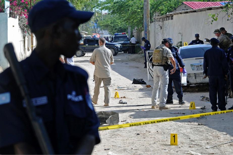 Des policiers enquêtent sur les lieux de l'explosion... (PHOTO MOHAMED ABDIWAHAB, ARCHIVES AFP)