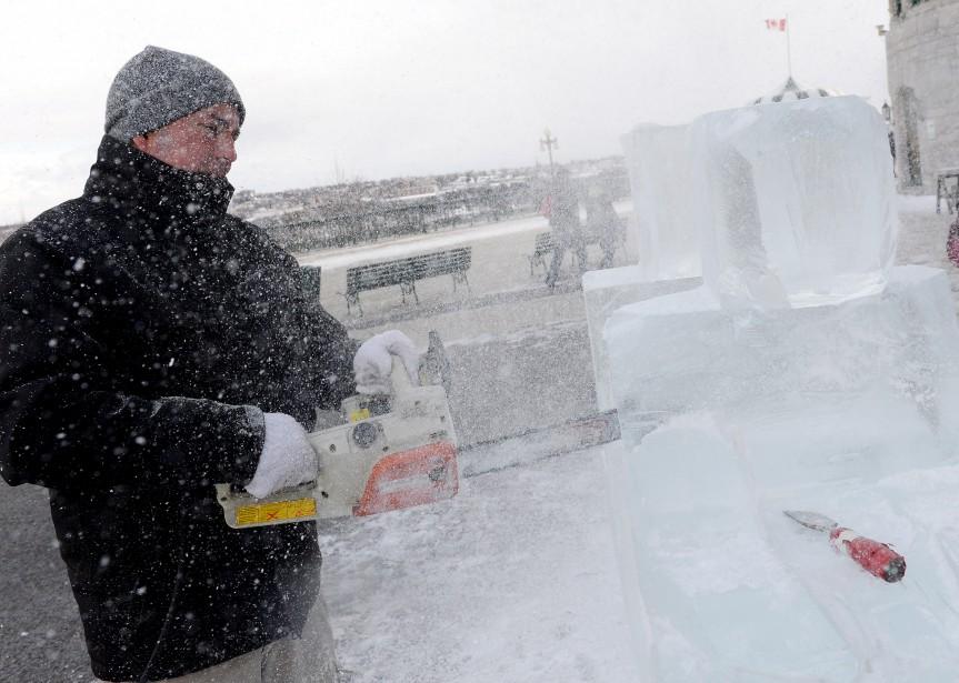 Démonstration de sculpture sur glace sur la terrasse Dufferin (Le Soleil, Erick Labbé)