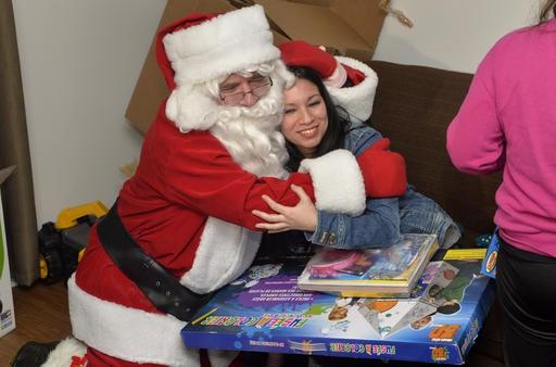 Yarenis Fuentes, arrivée du Venezuela depuis un mois à peine, était ravie que sa fille Paula puisse avoir un aussi beau premier Noël au Québec. (Spectre Média, Maxime Picard)