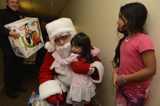 La petite Mario Paola a réservé un accueil chaleureux au père Noël. (Spectre Média, Maxime Picard)