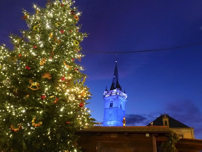 La petite ville d'Obernai, en Alsace, ne manque pas de couleurs à l'occasion de Noël. Notez les couronnes de pommes utilisées pour décorer l'énorme sapin. (Collaboration spéciale)