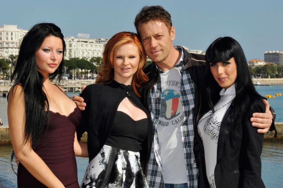 Rocco Siffredi en compagnie de trois actrices, en... (Photo Jean-Pierre Amet, Archives Reuters)