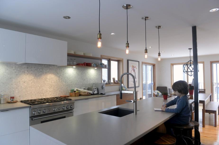 La cuisine et la salle à manger ont été rénovées l'an dernier et font aujourd'hui toute la largeur de la demeure. La firme CCM2 architectes en a conçu les plans, Rochon s'est chargé de l'exécution. (Le Soleil, Jean-Marie Villeneuve)