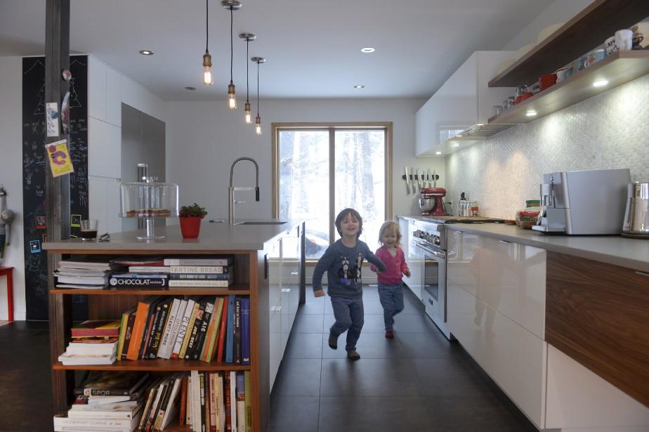 Émile-Antoine et Léa étaient tout contents d'être restés à la maison pour se faire photographier dans leur décor. (Le Soleil, Jean-Marie Villeneuve)