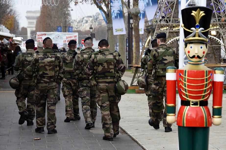 Des soldats armés patrouillent dans les rues de... (PHOTO DOMINIQUE FAGET, AFP)
