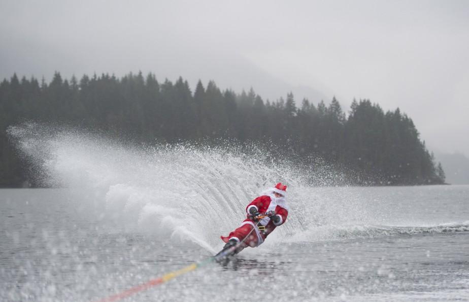 Déguisé en père Noël, Steve Austin fait du ski nautique le 23 décembre sur l'Indiam Arm, à Vancouver. (La Presse Canadienne, Jonathan Hayward)