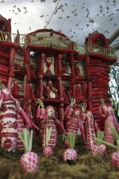 Cette sculpture a été réalisée dans l'état de Oaxaca à partir de radis taillés à l'occasion de la nuit des radis, célébrée le 23 décembre au Mexique. (AFP, Patricia Castellanos)