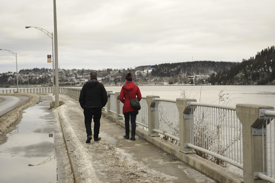 Plusieurs ont profité du beau temps pour prendre une marche, vendredi. (Photo Le Quotidien, Mariane L. St-Gelais)
