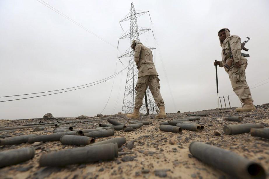 Des soldats des forces loyalistes cherchent des mines... (PHOTO ALI OWIDHA, REUTERS)