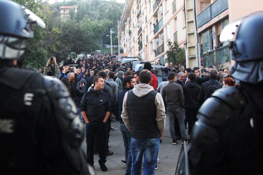 Des policiers surveillent les manifestants, dans la cité... (Photo YANNICK GRAZIANI, AFP)