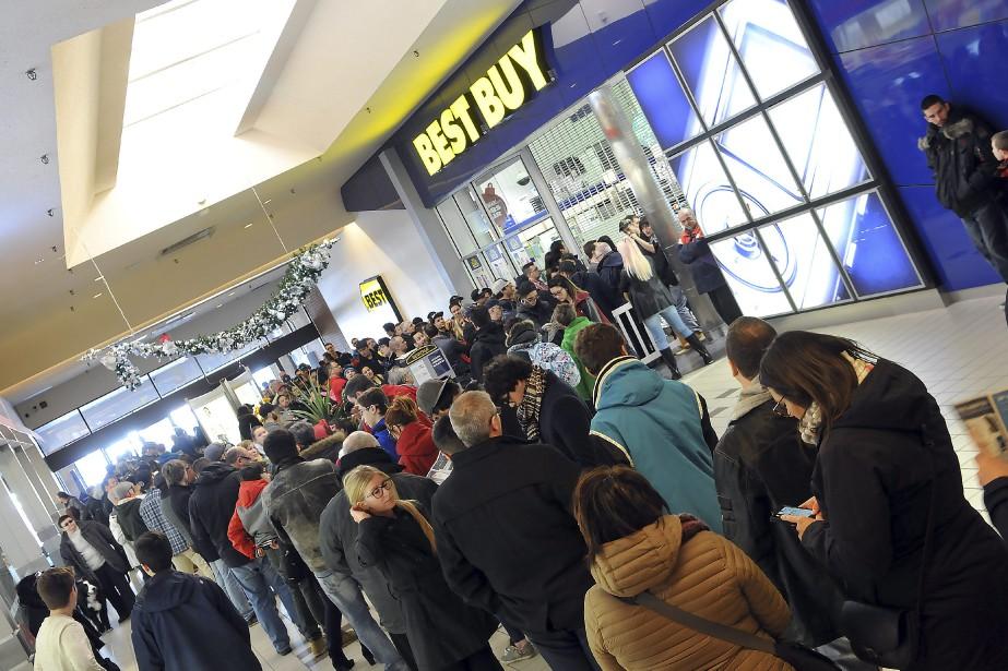 Comme partout en Amérique du Nord, de nombreuses personnes ont profité à Saguenay du Boxing Day pour se ruer vers les centres commerciaux à la recherche d'aubaines. Les magasins d'électronique demeurent les plus populaires. (Photo Le Progrès-Dimanche, Rocket Lavoie)