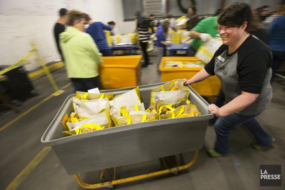 Plus de 200bénévoles ont assemblé des paniers de... (PHOTO ROBERT SKINNER, ARCHIVES LA PRESSE)