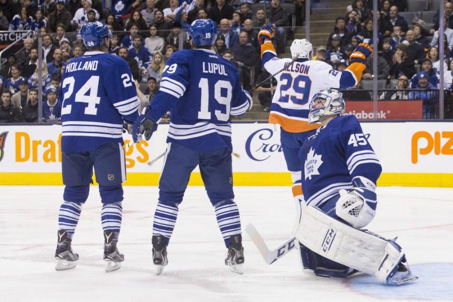 Les ennuis de Jonathan Bernier devant le filet se... (Photo La Presse Canadienne)