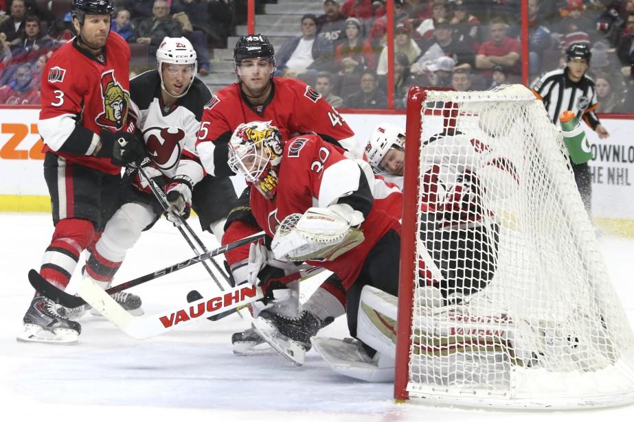 Andrew Hammond arrête la rondelle, mais laisse passer le joueur des Devils. (Patrick Woodbury, LeDroit)