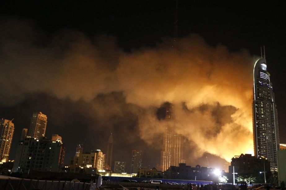 Un photographe s'est accroché à une corde au 48e étage et est... (Photo AFP)