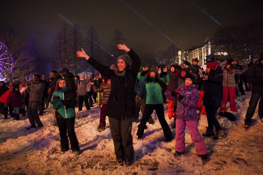 Les familles jouaient dans la neige aux abords de la scène en début de soirée. (Le Soleil, Caroline Grégoire)