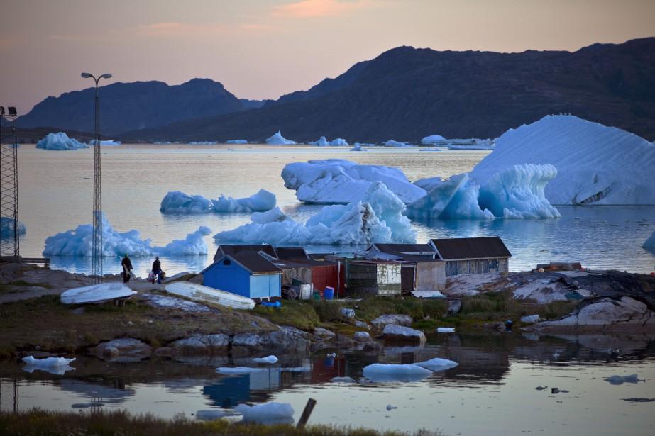 Des pêcheurs retournent à leurs cabanes à Narsaq,... (PHOTO ANDREW TESTA, ARCHIVES THE NEW YORK TIMES)