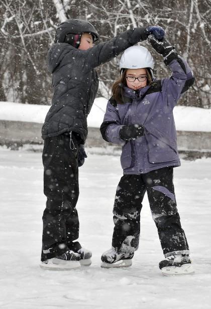 Les enfants étaient nombreux à patiner au parc Rivière-du-Moulin. (Photo Le Progrès-Dimanche, Rocket Lavoie)