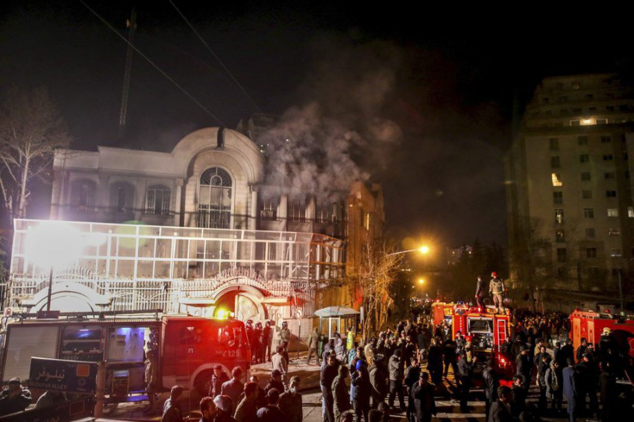 Des centaines de personnes en colère ont attaqué... (PHOTO MOHAMMADREZA NADIMI, AFP)