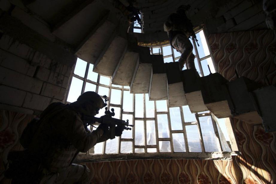 Des soldats irakiens inspectent une maison lors d'une... (PHOTO HAIDAR MOHAMMED ALI, AFP)