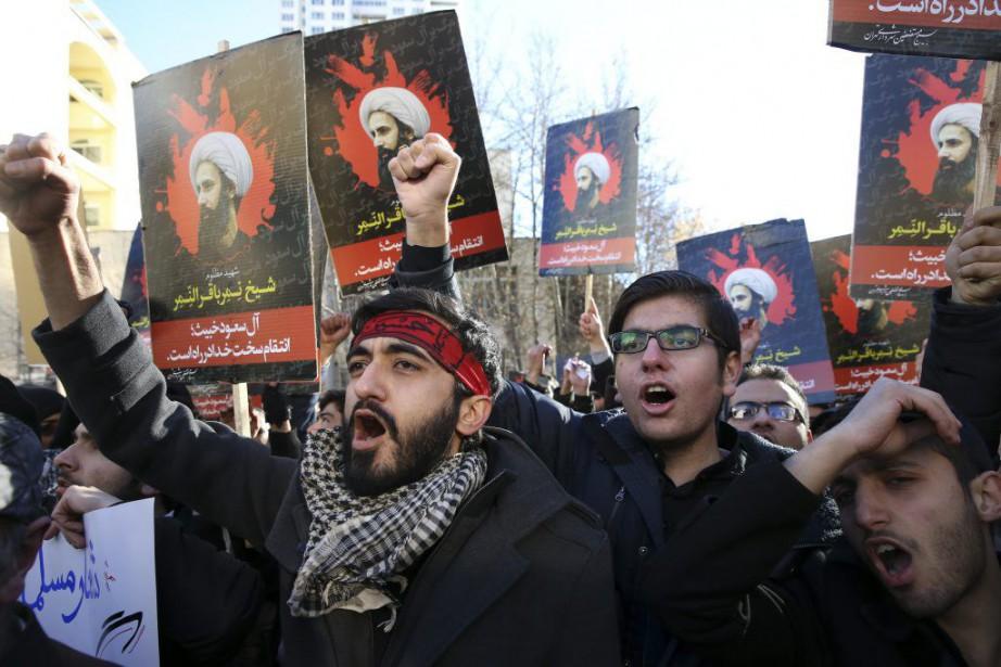 Des manifestants chantent des slogans en face de... (PHOTO VAHID SALEMI, AP)