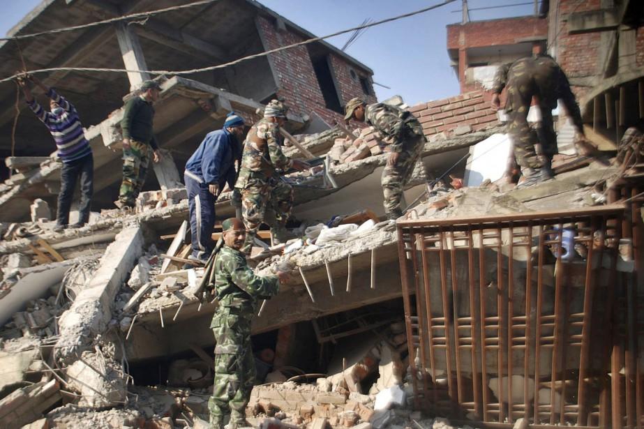 Des militaires indiens participent aux opérations de secours... (PHOTO BULLU RAJ, AP)