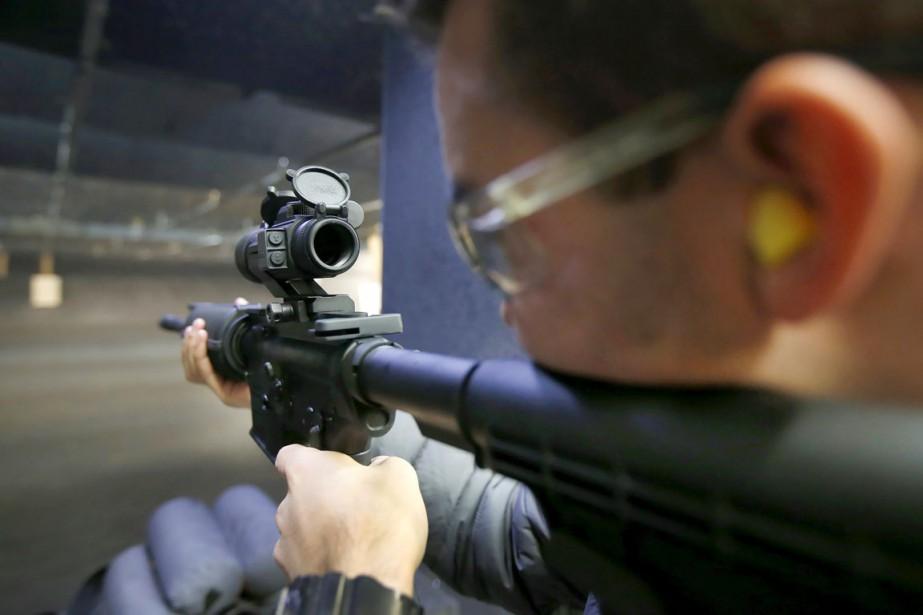 Un homme s'exerce dans un stand de tir... (Archives Reuters, George Frey)