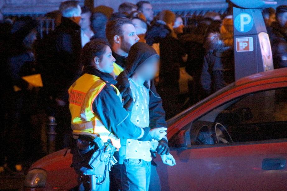 Un homme est arrêté par la police près... (PHOTO MARKUS BOEHM, ARCHIVES AFP/DPA)