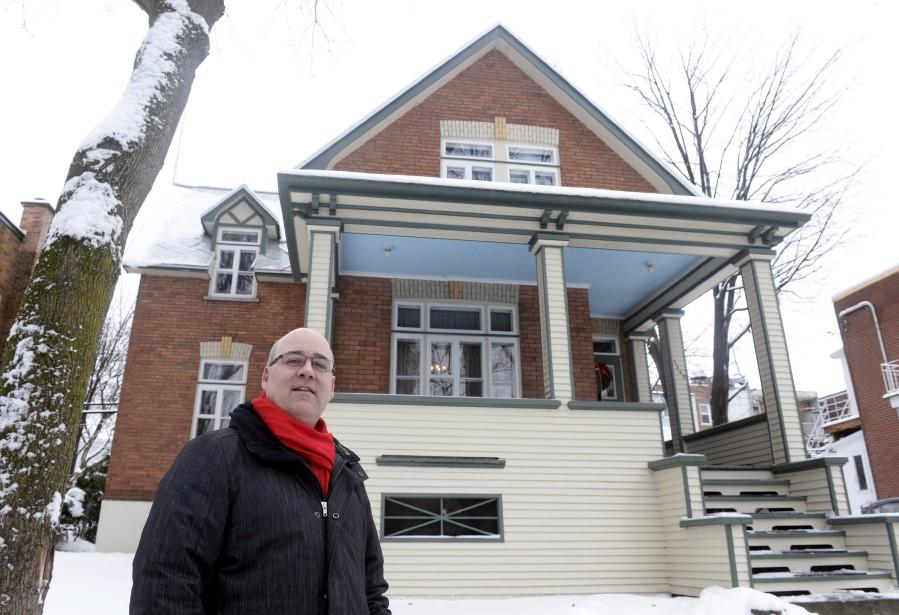Depuis 2008, Martin Dubois est propriétaire de cette maison située à l'ouest de l'église Saint-Sacrement. Amoureux des résidences de style Nouvelle-Angleterre, il a reproduit un détail de ce coin de pays: le plafond bleu de la galerie. (Le Soleil, Jean-Marie Villeneuve)