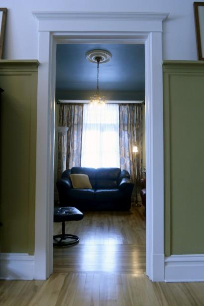 Martin Dubois aime les boiseries de sa maison, «simples et intemporelles». Ici, une vue sur le salon. (Le Soleil, Jean-Marie Villeneuve)