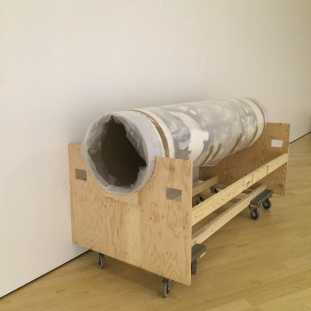 La toile a été roulée en trois morceaux pour être entreposée dans les réserves en attendant son redéploiement en mai prochain. (Marie-Hélène Raymond, Musée national des beaux-arts du Québec)