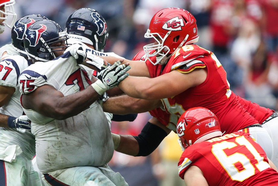 Laurent Duvernay-Tardif (à droite) sera souvent opposé à... (PHOTO TROY TAORMINA, ARCHIVES USA TODAY SPORTS)