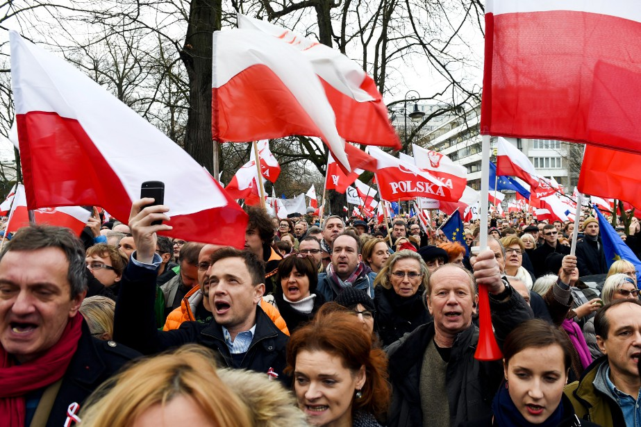 Dans l'espoir de défendre la démocratie, des milliers... (PHOTO JANEK SKARZYNSKI, ARCHIVES AFP)