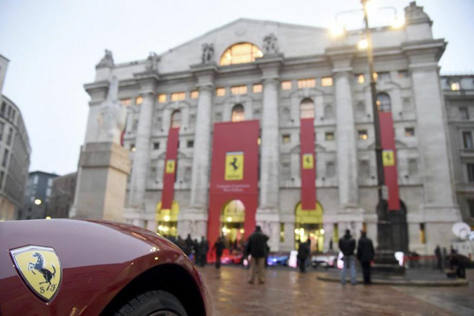 Une Ferrari était stationnée devant l'édifice de la... (PHOTO DANIEL DAL ZENNARO, AP/ANSA)