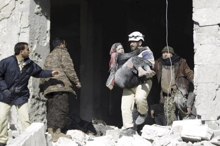 Un homme transporte une femme blessée lors de... (PHOTO KHALIL ASHAWI, REUTERS)
