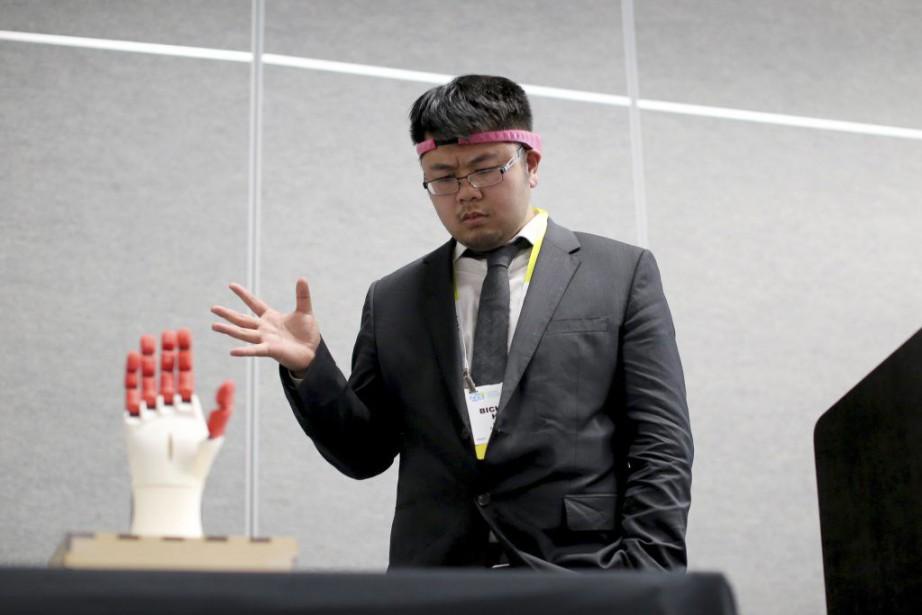 Le PDG de BrainCo, Bicheng Han,a présenté son... (PHOTO DAVID MCNEW, AFP)