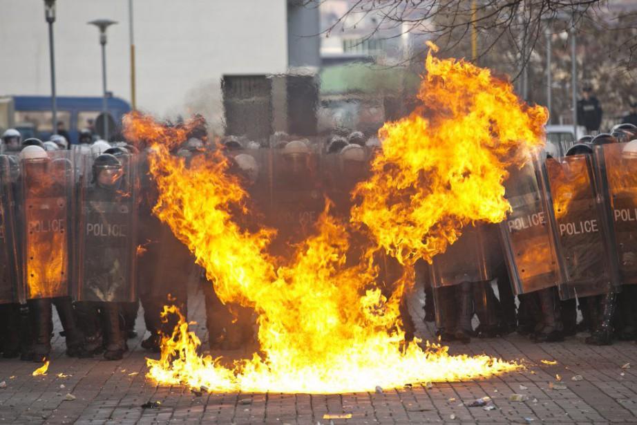Des manifestants ont jeté des cocktails Molotov et... (PHOTO VISAR KRYEZIU, AFP)