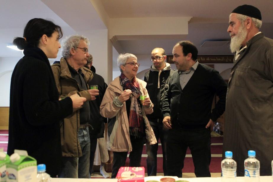 Des gens discutent dans une mosquée d'Ajaccio, en... (PHOTO PASCAL POCHARD-CASABIANCA, AGENCE FRANCE-PRESSE)