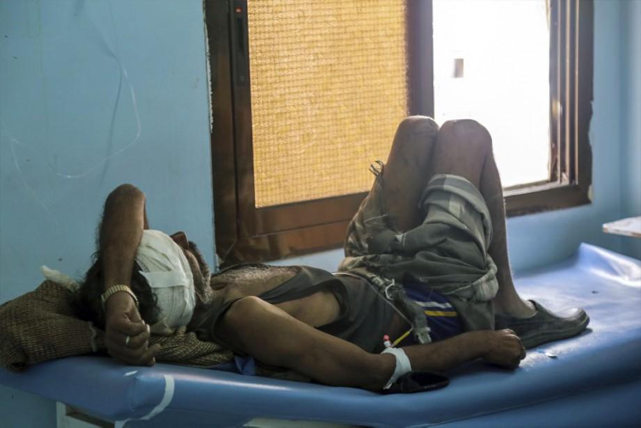 Un homme repose sur un lit d'un hôpital... (PHOTO AHMED AL-BASHA, AFP)