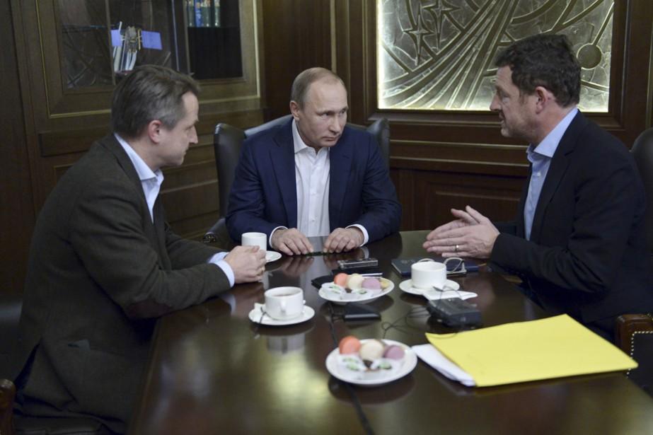 Le président russe (au centre) s'entretient avec l'éditeur... (PHOTO ALEXEY NIKOLSKY, SPUTNIK/KREMLIN/REUTERS)