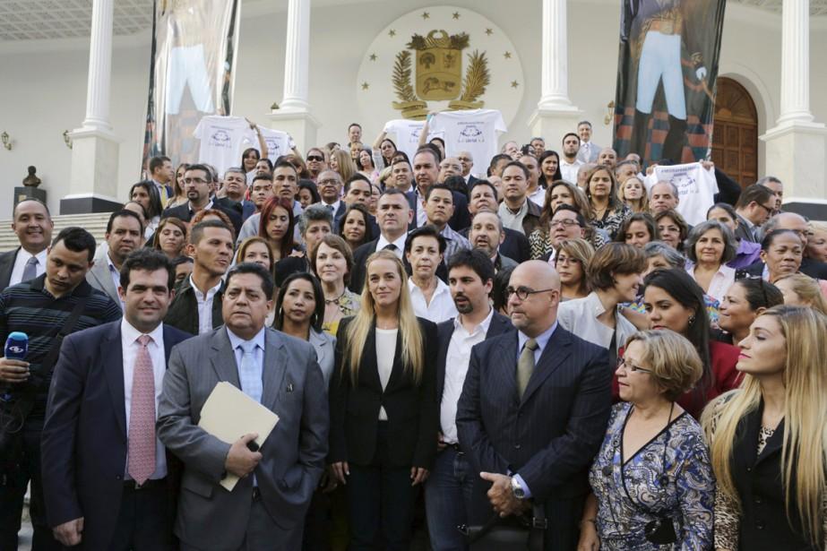 Accompagnée d'un groupe de députés de la coalition... (PHOTO MARCO BELLO, REUTERS)