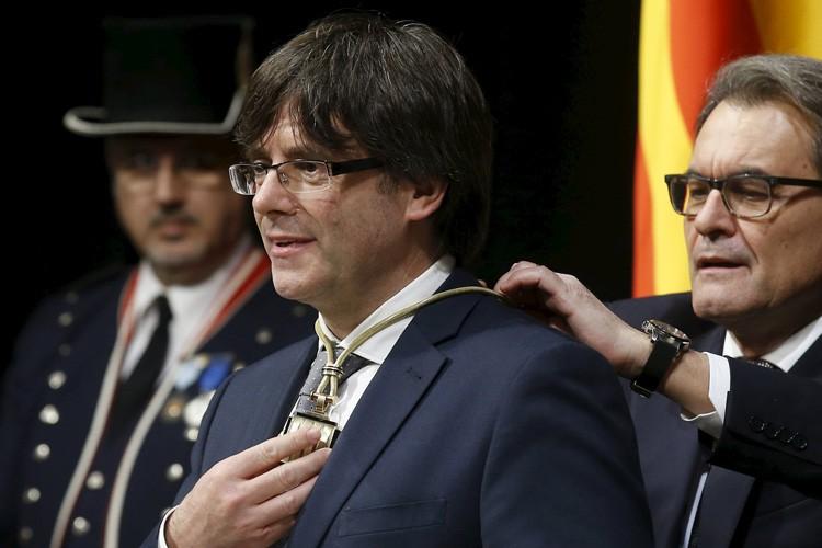 Carles Puigdemont reçoit une médaille lors de sa... (PHOTO REUTERS)