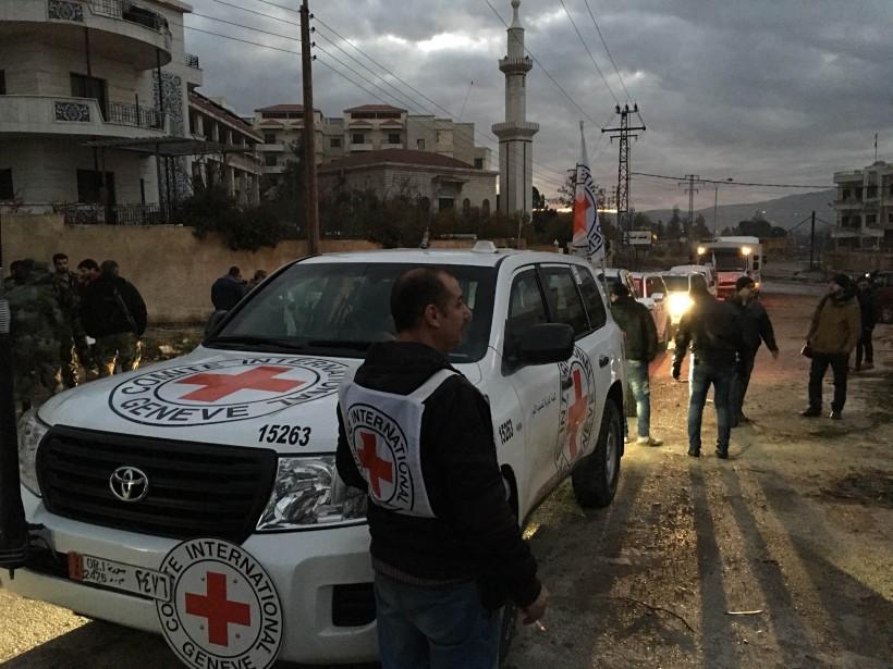 Un convoi d'aide humanitaire pénètre dans la ville... (PHOTO AGENCE FRANCE-PRESSE, FOURNIE PAR LE COMITÉ INTERNATIONAL DE LA CROIX-ROUGE)