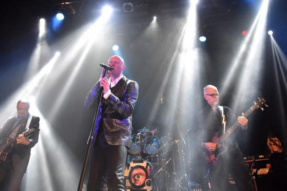 Glenn Gregory (au centre) et Tony Visconti (à... (PHOTO LA PRESSE CANADIENNE)