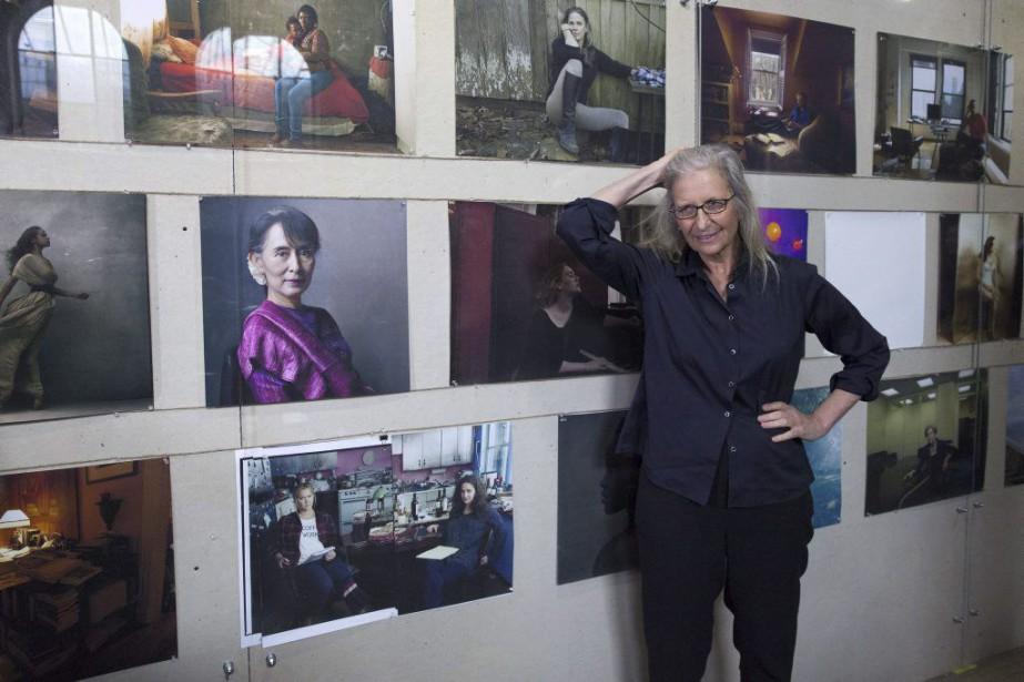 La photographe Annie Leibovitz devant ses oeuvres.... (PHOTO AFP)