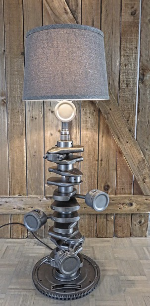 La lampe T6, une commande spéciale d'un client de Lévis, composée des parties internes du moteur 6 cylindres d'une Volvo qui appartenait à son père, vendue 700 $ (LampArtz)