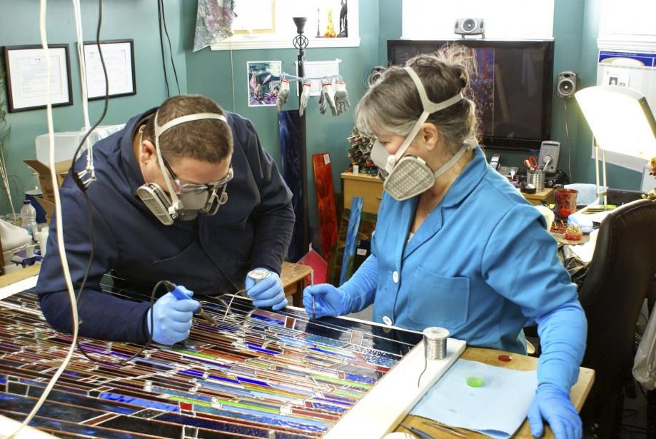 La sécurité est un aspect important dans la pratique des deux artisans, dont l'atelier bien aéré est situé au sous-sol de leur maison. (Nancy Mackay)