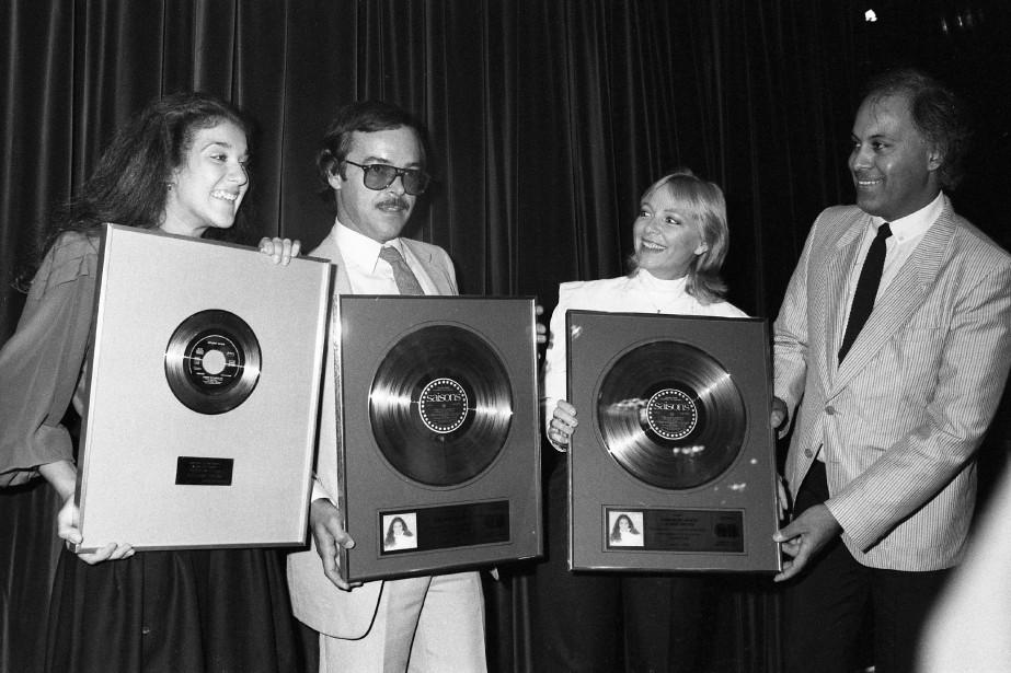 En septembre 1983, Céline Dion, alors âgée de 15 ans, reçoit ses deux premiers disques d'or. Céline et René Angélil sont accompagnés de Denys Bergeron, directeur des programmes à CJMS et d'Anne René, alors épouse d'Angélil. (PHOTO ROBERT MAILLOUX, ARCHIVES LA PRESSE)