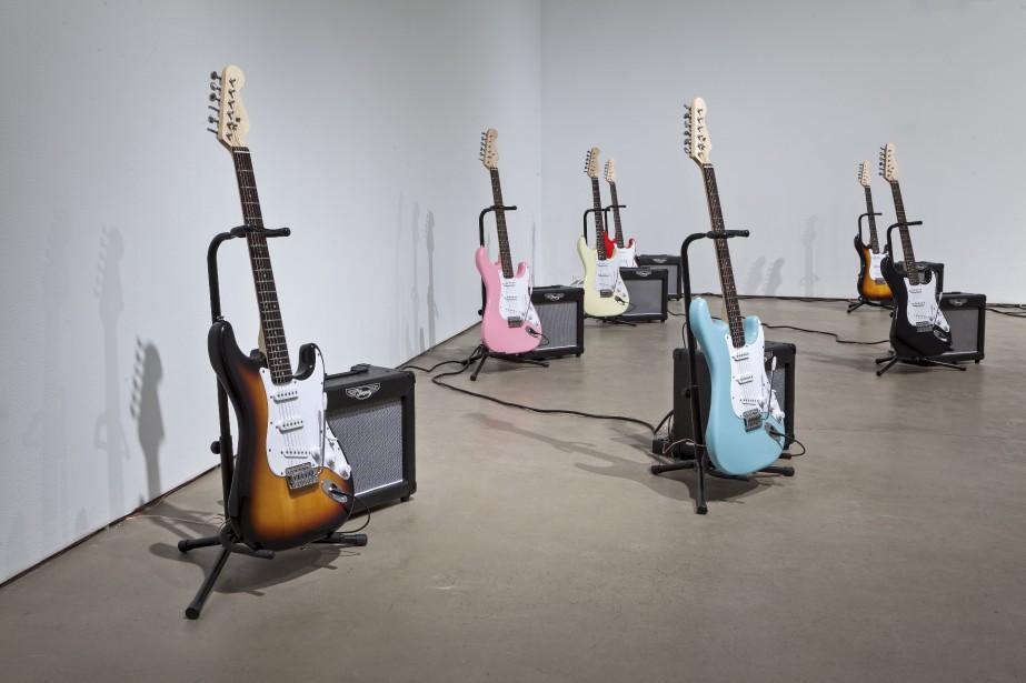 <em>Discipline</em> de Matt Rogalsky présente une installation sonore pour 12 guitares électriques. (Photo Mercer Union Galerie)
